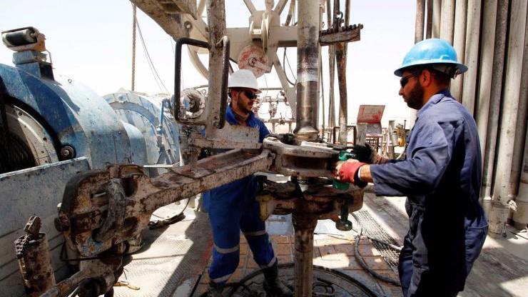 Công nhân làm việc trên một mỏ dầu ở Basra, Iraq - Ảnh: Reuters.
