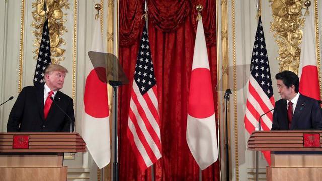 Tổng thống Mỹ Donald Trump (trái) và Thủ tướng Nhật Bản Shinzo Abe trong cuộc họp báo ở Tokyo ngày 27/5 - Ảnh: Reuters.