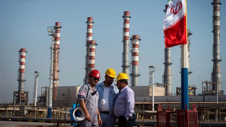 Một cơ sở dầu lửa của Iran - Ảnh: Bloomberg.