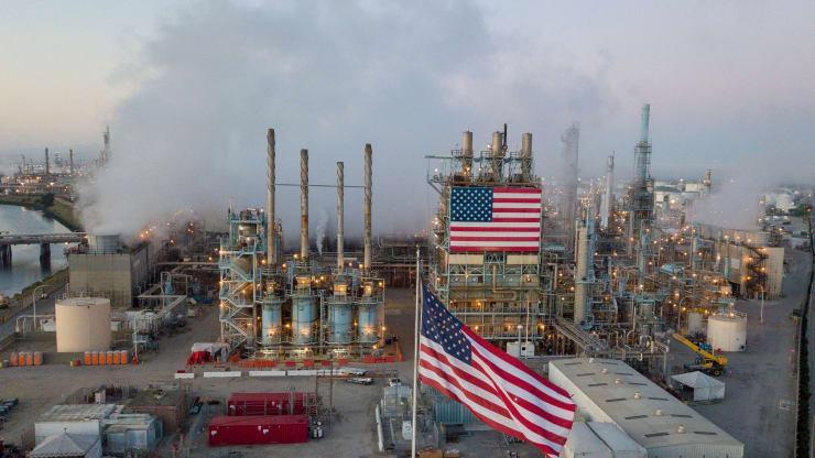 Một nhà máy lọc dầu ở Carson, California - Ảnh: Getty/CNBC.