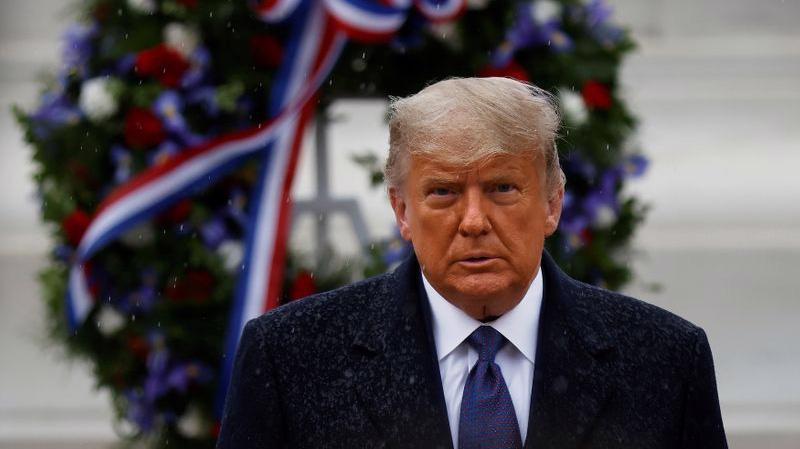 Tổng thống Mỹ Donald Trump viếng nghĩa trang liệt sỹ vô danh ở Arlington, Virginia, ngày 11/11 - Ảnh: Reuters.