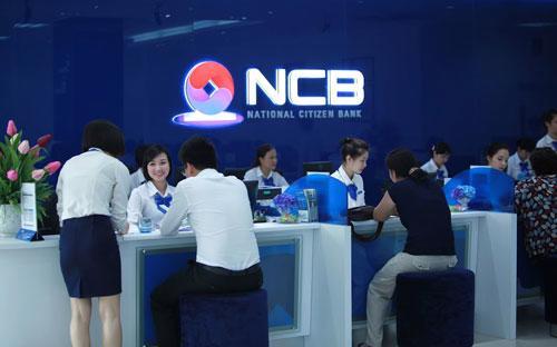 Khách hàng giao dịch tại NCB.