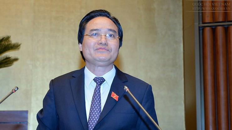 Bộ trưởng Bộ Giáo dục và đào tạo Phùng Xuân Nhạ trình bày tờ trình tại Quốc hội.