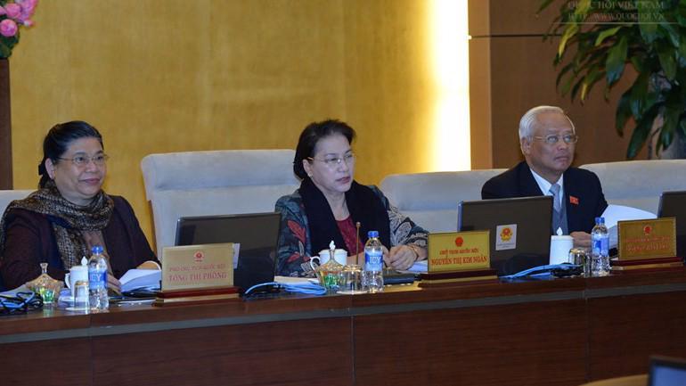 Chủ tịch Quốc hội Nguyễn Thị Kim Ngân (giữa) phát biểu tại phiên họp.