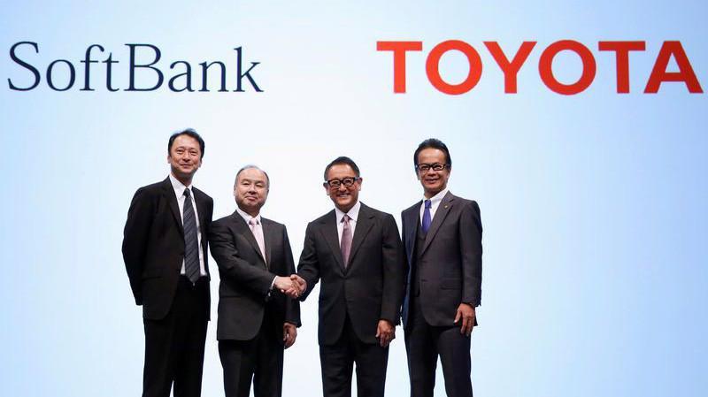 Đại diện Toyota và SoftBank tại họp báo công bố hợp tác ngày 4/10 - Ảnh: Nikkei.