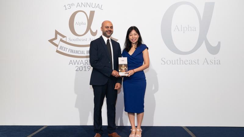 """Đại diện Vietcombank, bà Vũ Thị Bích Thu - Trưởng Văn phòng đại diện tại Singapore nhận giải thưởng """"Ngân hàng tốt nhất Việt Nam"""" của Tạp chí Alpha SEA."""