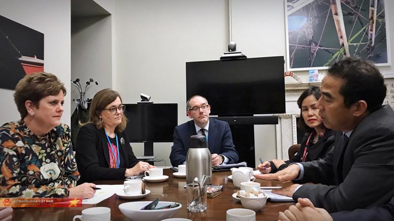 Thứ trưởng Bộ Ngoại giao Việt Nam Tô Anh Dũng đã có nhiều cuộc làm việc với quan chức chính phủ Anh trong ngày 5/11 (giờ địa phương)