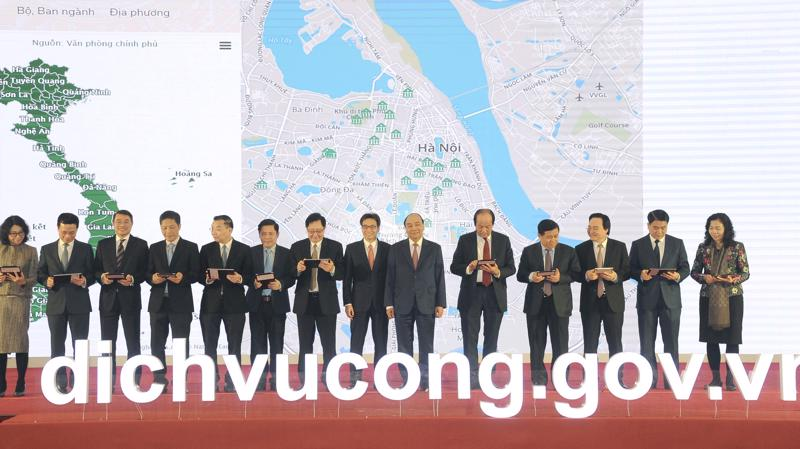 Thủ tướng Chính phủ Nguyễn Xuân Phúc cùng lãnh đạo Chính phủ, các Bộ Ngành, Ngân hàng Nhà nước Việt Nam thực hiện nghi thức ký cam kết điện tử tại Lễ khai trương Cổng dịch vụ công quốc gia.