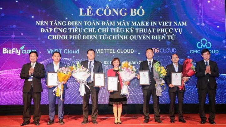 Bộ Thông tin và Truyền thông trao chứng nhận cho đại diện 5 doanh nghiệp có nền tảng đám mây Make in Vietnam đạt tiêu chuẩn.