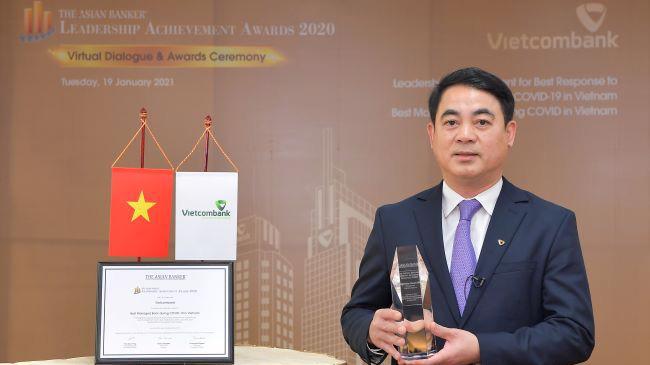 """Chủ tịch Hội đồng Quản trị Vietcombank Nghiêm Xuân Thành nhận danh hiệu """"Lãnh đạo xuất sắc trong việc ứng phó với đại dịch COVID-19 tại Việt Nam"""" do The Asian Banker trao tặng."""