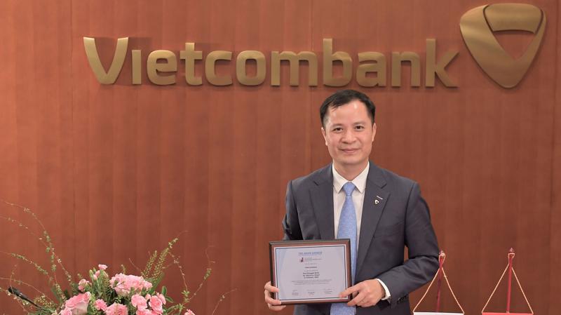 """Đại diện Vietcombank - ông Lê Hoàng Tùng - Kế toán trưởng nhận danh hiệu """"Ngân hàng mạnh nhất dựa trên Bảng tổng kết tài sản""""."""