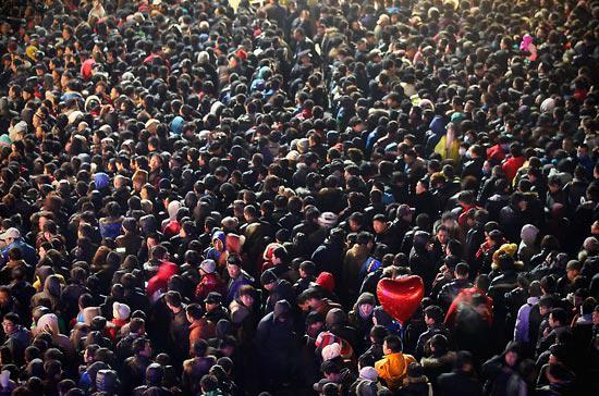 Hàng nghìn người quây kín đại lý của Apple tại Bắc Kinh để chờ mua iPhone 4S trong ngày đầu tiên mở bán - Ảnh: Mercury News.