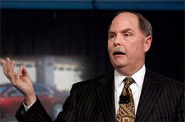 Năm nay 51 tuổi, ông Henderson nhậm chức CEO của GM thay cho người tiền nhiệm Rick Wagoner vào tháng 3 năm nay.
