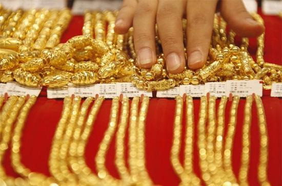 Cuộc điều tra hàng tuần của Bloomberg thực hiện dự báo giá vàng sẽ giảm trong tuần tới - Ảnh: Reuters.