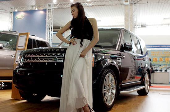 Vẻ đẹp dịu dàng bên mẫu xe cơ bắp Land Rover Freelander 2 HSE - Ảnh: Bobi