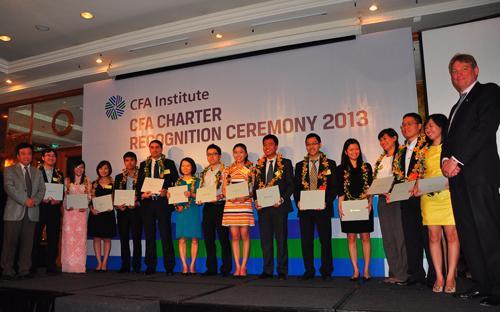 Tiếp theo chung kết cuộc thi Phân tích Đầu tư Tài chính là buổi lễ trao  bằng CFA (Chartered Financial Analyst®) cho 23 thành viên đạt yêu cầu.