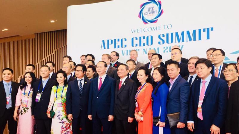 Các đại biểu tham dự APEC CEO Summit 2017 chụp ảnh lưu niệm cùng Chủ tich nước Việt Nam Trần Đại Quang.