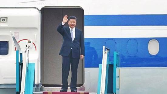 Hình ảnh Chủ tịch Trung Quốc Tập Cận Bình lúc xuống máy bay tại sân bay Nội Bài, sáng 12/11 - Ảnh: Thanh Niên.