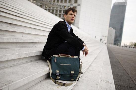 Một cựu nhân viên cũ của Lehman Brothers, bên chiếc cặp in hình logo của ngân hàng đầu tư một thời danh tiếng này - Ảnh: Reuters.