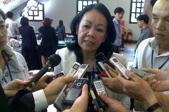 Bà Trương Thị Mai trả lời báo chí bên hành lang Quốc hội sáng 26/10. Theo bà, trong tương lai, sẽ chỉ công bố lương tối thiểu những ngành sử dụng nhiều lao động nhưng lương thấp. Ảnh: Hải Hà