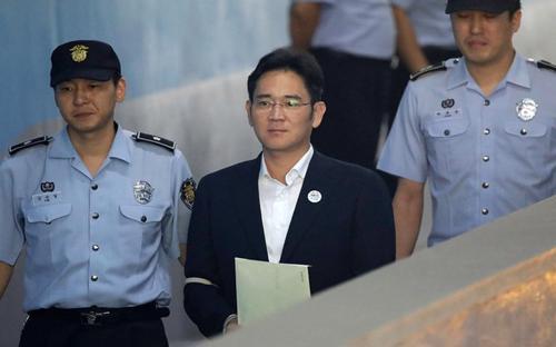 Lee Jae-yong - người thừa kế tập đoàn Samsung - tại tòa án ngày 25/8 - Ảnh: New York Times.<br>