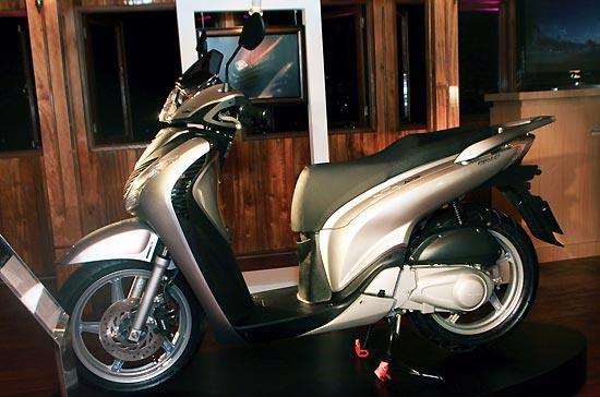SH125 đã có mặt tại thị trường với mức giá bán lẻ đề xuất là 99,99 triệu đồng, đã bao gồm thuế giá trị gia tăng - Ảnh: Đức Quang.