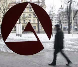 Một người đàn ông đi ngang qua biển hiệu một văn phòng hỗ người thất nghiệp tại Munich, Đức. Con số người thất nghiệp tại nước này đã tăng thêm 56.000 trong tháng 1, mức tăng mạnh nhất trong 4 năm qua - Ảnh: Reuters.