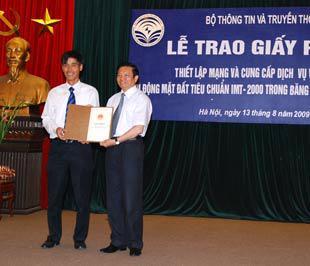 Bộ trưởng Lê Doãn Hợp trao giấy phép 3G cho đại diện MobiFone.