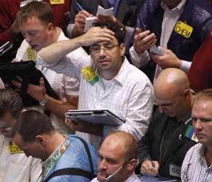 Nhân viên môi giới tại Sở Giao dịch Hàng hóa New York. Kết thúc phiên hôm qua tại sàn NYMEX, giá dầu thô ngọt nhẹ giao tháng 10 tăng 6,01 USD/thùng (6,6%), lên mức 97,16 USD/thùng - Ảnh: Reuters.
