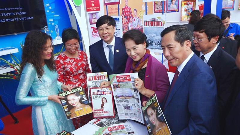 Chủ tịch Quốc hội Nguyễn Thị Kim Ngân cùng lãnh đạo Hội Nhà báo Việt Nam thăm gian trưng bày của Thời báo Kinh tế Việt Nam - Ảnh: Việt Tuấn.