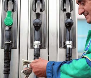 Nhân viên một trạm bán xăng tại Tirana, thủ đô Albany đang kiểm tiền. Áp lực mất giá đối với xăng dầu hiện đang khá ở mức khá lớn - Ảnh: AFP.