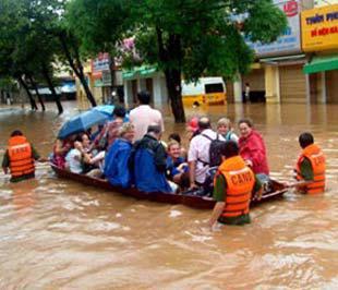 Lực lượng công an đưa hành khách rời tàu bị ngập nước tại Yên Bái - Ảnh: Báo Yên Bái.