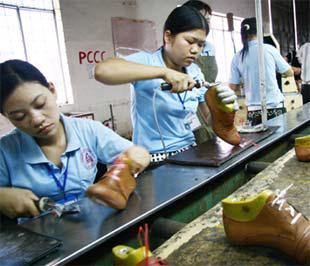 Sản xuất giày xuất khẩu tại Công ty Giày Liên Phát (Bình Dương) - Ảnh: T.V.N.