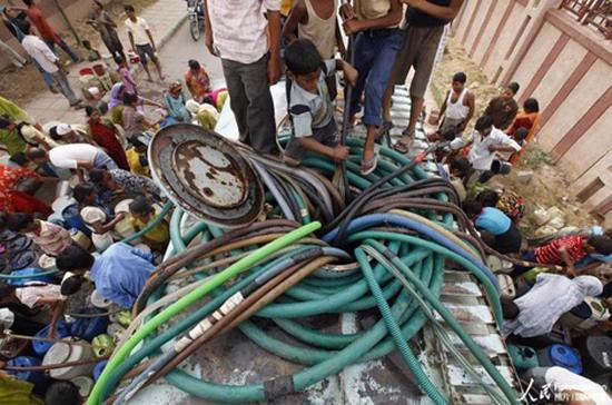 Người dân tranh nhau mua nước sạch.