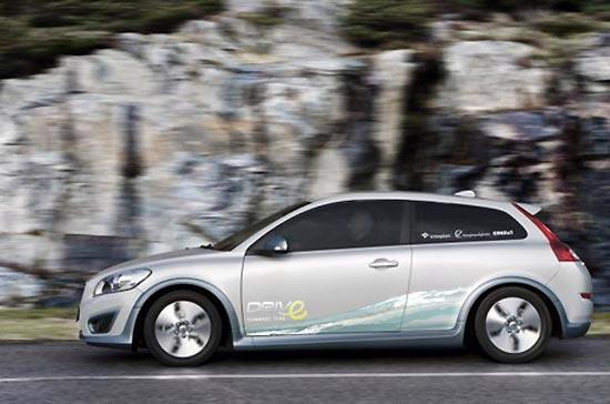 Xe điện Volvo C30 có thể chạy được 150km chỉ với một bộ pin sạc - Ảnh: AutoEvolution.