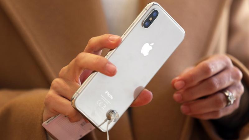 Chiếc smartphone iPhone X của hãng công nghệ Apple - Ảnh: Bloomberg.