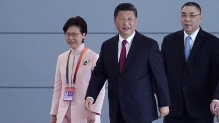 Ông Tập Cận Bình (giữa) dự lễ khai trương cầu diễn ra ở Chu Hải, cùng với lãnh đạo của hai vùng lãnh thổ Hồng Kông và Macau - Ảnh: Reuters.