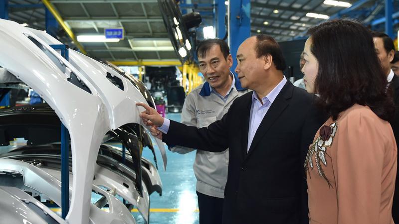 Thủ tướng Nguyễn Xuân Phúc thăm và làm việc tại nhà máy ôtô Hyundai Thành Công vào tháng 4/2017.