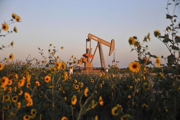 Một máy bơm dầu đang hoạt động ở một mỏ dầu thuộc bang Oklahoma, Mỹ tháng 9/2015 - Ảnh: Reuters.<br>