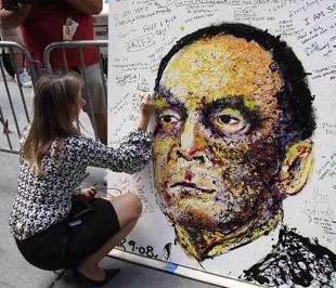 Một nữ nhân viên của Lehman Brothers để lại lưu bút trên bức chân dung CEO của Lehman, Dick Fuld, ngày 15/9 vừa qua. Vụ phá sản của Lehman Brothers được xem là lớn nhất trong lịch sử - Ảnh: Reuters.