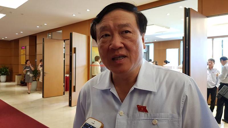 Chánh án Toà án nhân dân Tối cao Nguyễn Hoà Bình trao đổi với báo chí tại hành lang Quốc hội