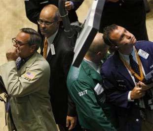 Các nhà môi giới tại Sở Giao dịch Chứng khoán New York (NYSE) trong ngày 17/9. Thị trường chứng khoán Mỹ đã chứng khoán sự mất giá của hàng loạt chỉ số trong ngày này - Ảnh: Reuters.