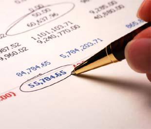 Công ty kiểm toán và kiểm toán viên chỉ dùng nghiệp vụ của mình kiểm tra bản báo cáo tài chính, phát hiện, chỉ rõ những sai sót về hạch toán, đồng thời đề nghị doanh nghiệp điều chỉnh số liệu theo hướng chính xác, trung thực và minh bạch hơn. Nhưng doanh nghiệp có làm theo đề nghị đó hay không lại là chuyện khác!