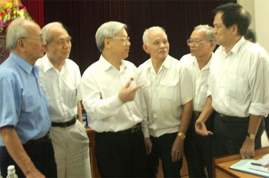 Chủ tịch Quốc hội Nguyễn Phú Trọng (thứ ba từ trái sang) tại cuộc tiếp xúc cử tri - Ảnh: Mạnh Cường.