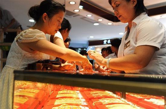 Tại thị trường châu Á sáng nay, giá vàng tiếp tục leo thang với tốc độ khá mạnh, lên mức trên 1.379 USD/oz lúc 9h15 giờ Việt Nam. Đây là những mức giá cao chưa từng có trên lịch sử thị trường vàng thế giới - Ảnh: Getty.