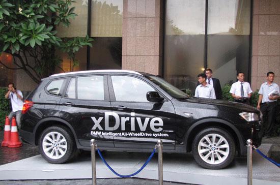 BMW X3 2011 được trưng bày trước sảnh khách sạn Melia Hà Nội - Ảnh: Hữu Thọ.
