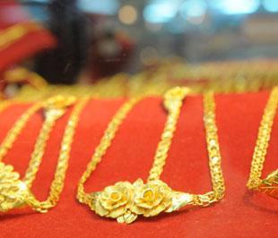 Theo giới chuyên gia, giá vàng thế giới đang được đẩy lên bởi nhu cầu đầu tư vàng phòng khủng hoảng và nhu cầu vàng vật chất trong mùa lễ hội cuối năm ở Ấn Độ cùng tăng cao.