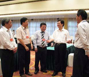 Thủ tướng Nguyễn Tấn Dũng trao đổi với các lãnh đạo tập đoàn, tổng công ty Nhà nước bên lề cuộc họp - Ảnh: Website Chính phủ.
