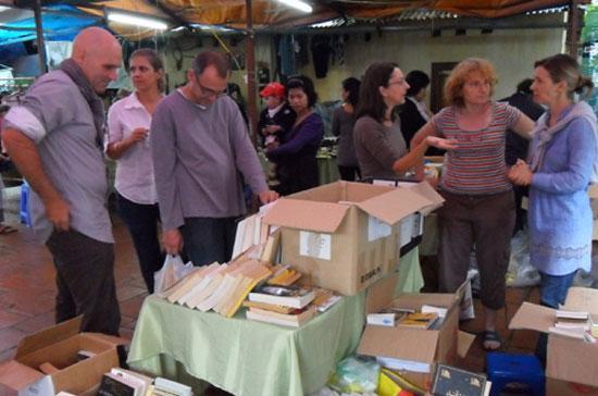 Khách hàng cũng như người bán hàng của chợ chủ yếu là người nước ngoài định cư tại Việt Nam - Ảnh: ANTĐ.