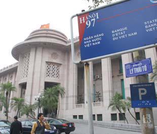Phía trước trụ sở Ngân hàng Nhà nước.